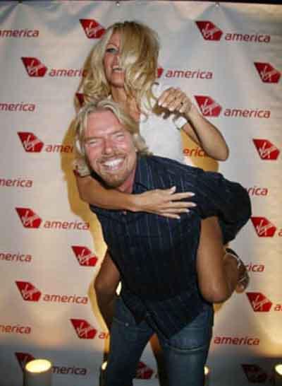 Uç.tu uçtu Pamela Anderson uçtu