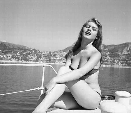 Starların unutulmaz bikinili sahneleri