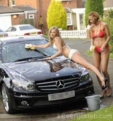 Araba yıkayan güzeller
