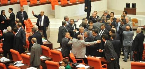 Meclise yine kavga çıktı