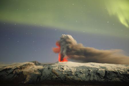 Volkanın üzerine meteor yağdı