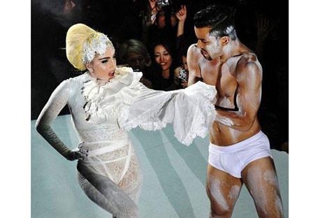 Lady Gagadan beyaz şov!