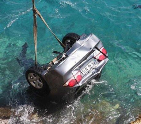 Otomobil denize uçtu
