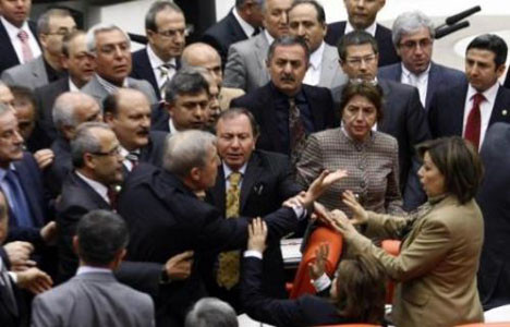 Meclisi karıştıran pankart