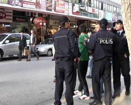 Polis yanlış kişiyi kelepçeledi