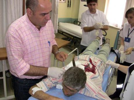Sırtında bıçakla hastaneye getirildi
