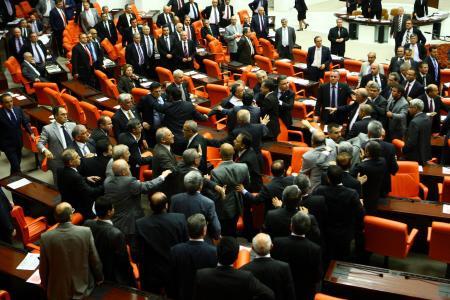 Meclise kavga çıktı!