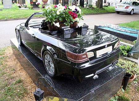 BMW in altına gömüldü