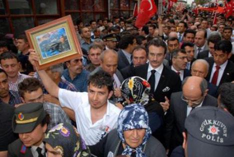 Cenazede Tüzmene saldırı girişimi
