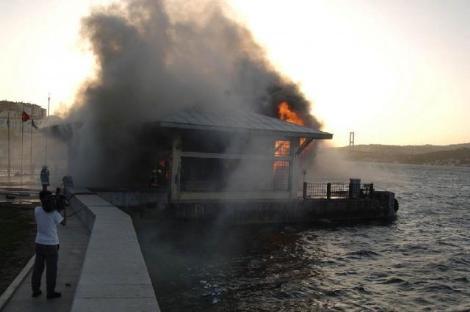 Beşiktaş iskelesi kül oldu