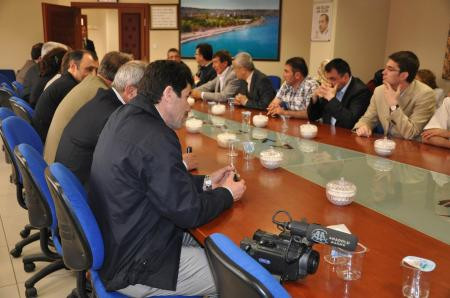 Toplantıda silahlı Başkan