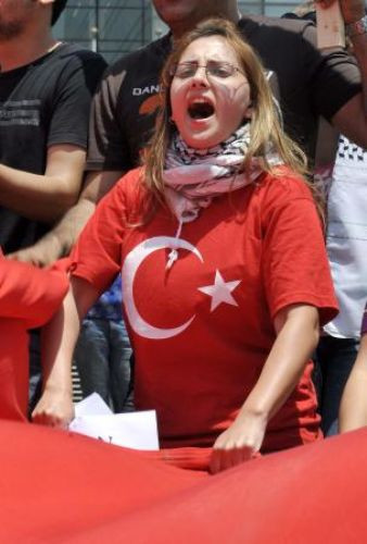 Türk bayrağını indirdiler