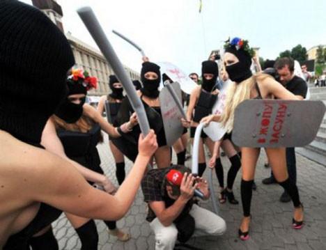 Femen grubundan ilginç protesto