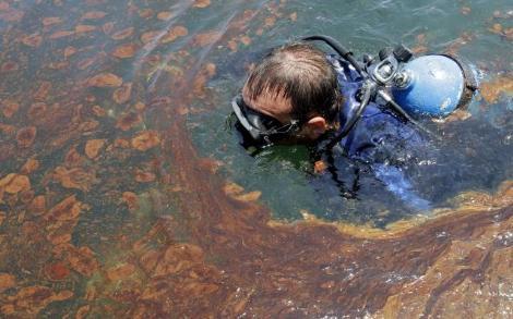 Petrol dolu suya daldı!