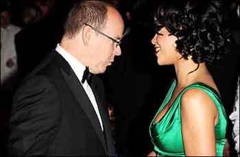 Gözleri Rihannanın dekoltesinde kaldı