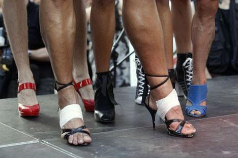 Topuklu ayakkabıyla yarıştılar!