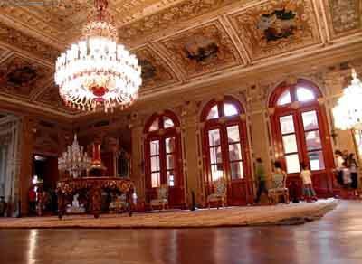 Atatürkün hayata gözlerini yumduğu Dolmabahçe Sarayı