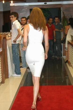 Elbisesinin azizliğine uğradı