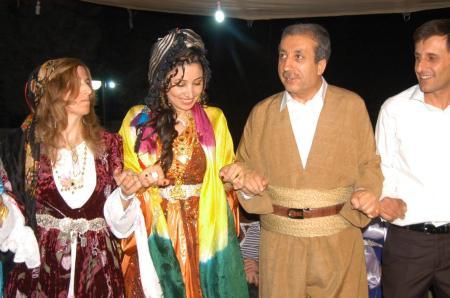 Bakan Şal - Şepik giyip halay başı oldu