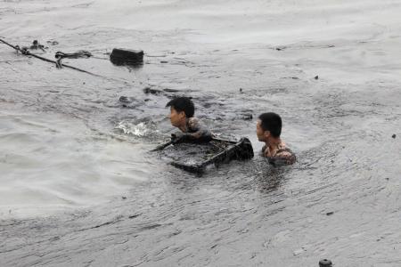 Petrol denizinde boğuluyordu