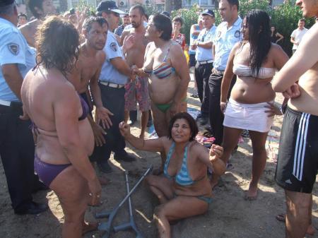 Plajda saç başa girdiler !