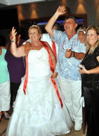 Ünlü söz yazarı Aker evlendi
