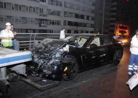 Porscheunu bırakıp kaçtı