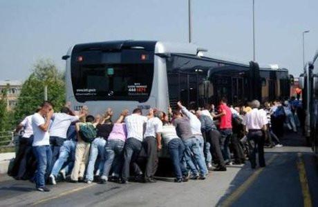 Metrobüs bozuldu iş vatandaşa düştü !