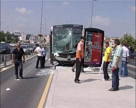 Metrobüs durağa çarptı
