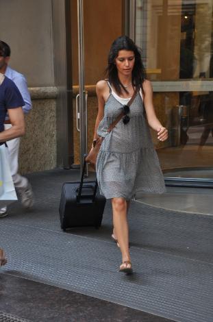 Alışveriş için bavul getirdi