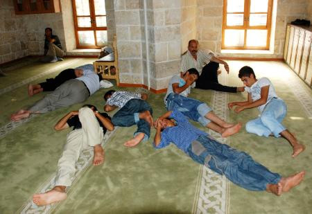 Klimalı camide böyle uyudular