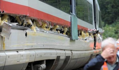 Kamyon trene çarptı!