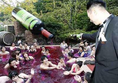 Havuzda şarap kutlaması