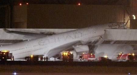 Uçağın burnu böyle parçalandı..