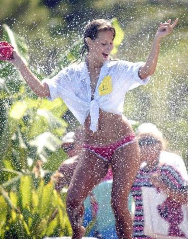 Turist güzelleri böyle ıslattılar!
