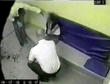 Polis kadını böyle dövdü!