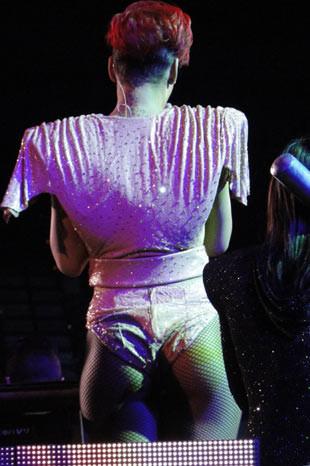 Rihanna kırmızıya büründü!