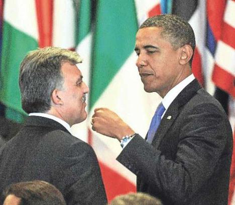 Obamadan yumruklu selamlama!