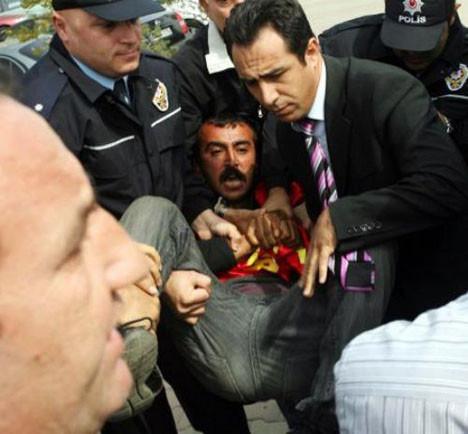Başbakanla konuşmak isterken gözaltına alındı!