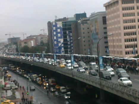 Metrobüs durur, vatandaş yürür !