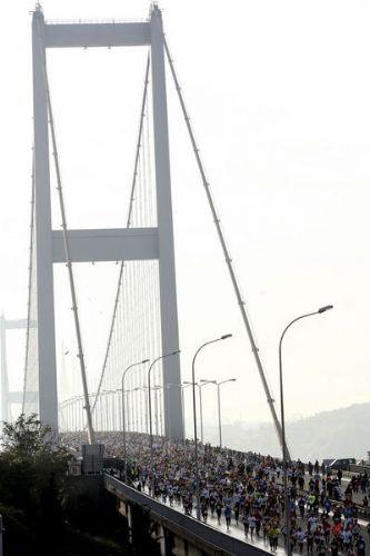 Köprüyü beşik gibi salladılar!