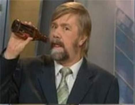 Canlı yayında bira içerken yakalandı!