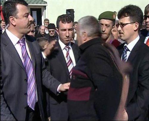 Bakanı böyle protesto etti!