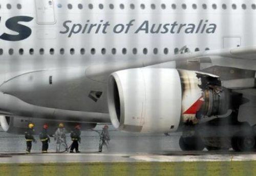 Uçağın motoru havada parçalandı!