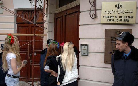 FEMEN İran elçiliğini bastı