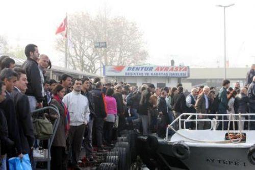Tekneye binebilmek için böyle yarıştılar!