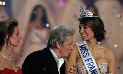 Kraliçeyi omuzundan öptü
