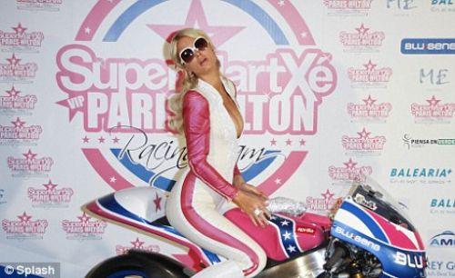 Paris Hilton yarış motorsikleti tanıttı!