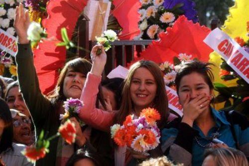 Bu kez çiçek attılar!