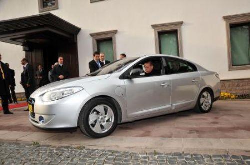 İlk elektrikli otomobili test etti!